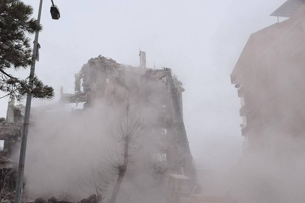 2020/02/deprem-oncesi-bosaltilan-binalar-yikiliyor-20200215AW93-1.jpg