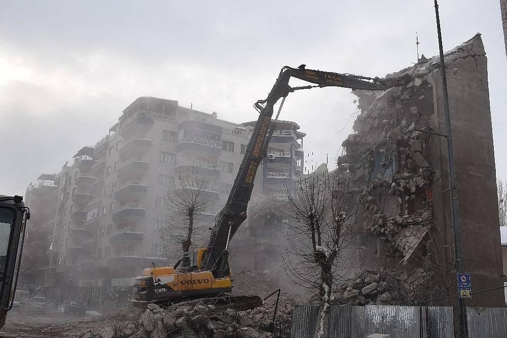 2020/02/deprem-oncesi-bosaltilan-binalar-yikiliyor-20200215AW93-2.jpg