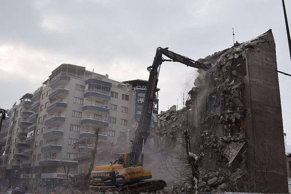 2020/02/deprem-oncesi-bosaltilan-binalar-yikiliyor-20200215AW93-3.jpg