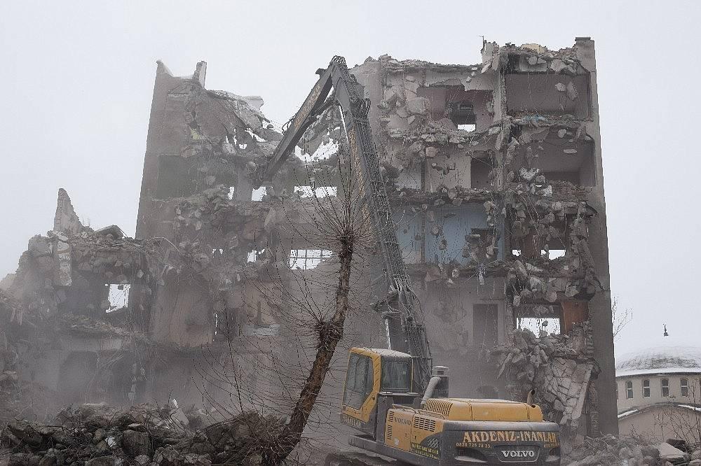 2020/02/deprem-oncesi-bosaltilan-binalar-yikiliyor-20200215AW93-4.jpg