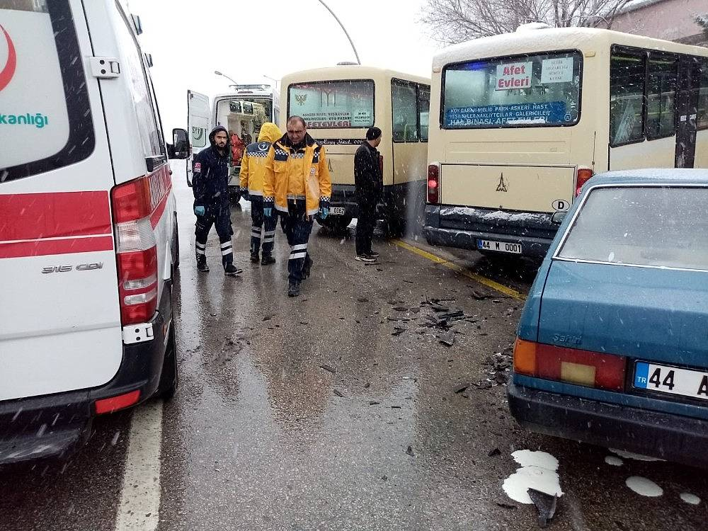 2020/02/minibus-ile-otomobil-carpisti-3-yarali-20200208AW93-2.jpg