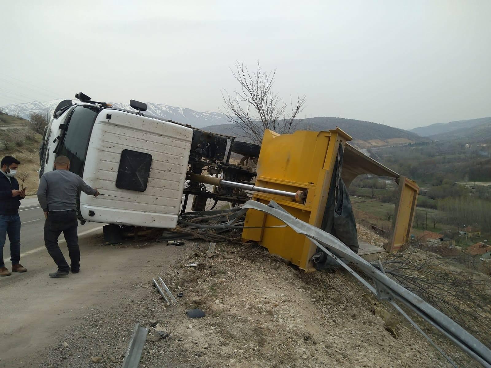 2021/04/hafriyat-kamyonu-devrildi-1-yarali-20210406AW28-1.jpg