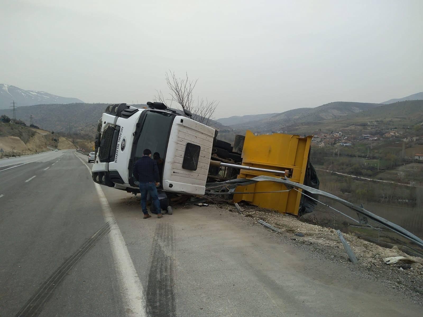 2021/04/hafriyat-kamyonu-devrildi-1-yarali-20210406AW28-3.jpg
