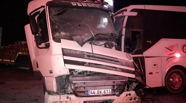 Doğanşehir'de Otobüs ile Kamyonet Çarpıştı: 1'i Ağır 2 Yaralı