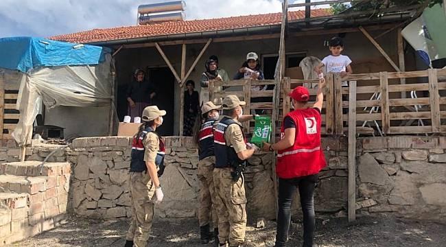 Jandarma ve Kızılay Gıda Paketleri Dağıttı