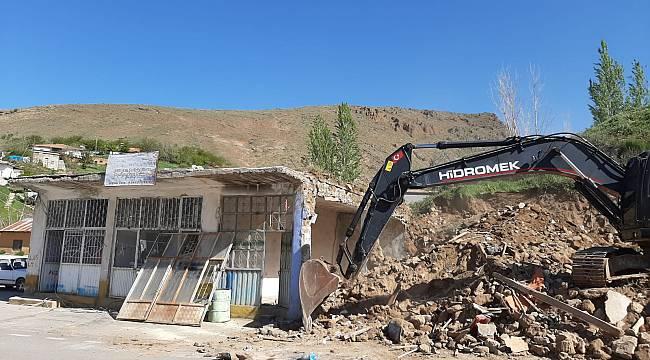Kuluncak'ta Kamulaştırılan Eski Binalar Yıkılıyor