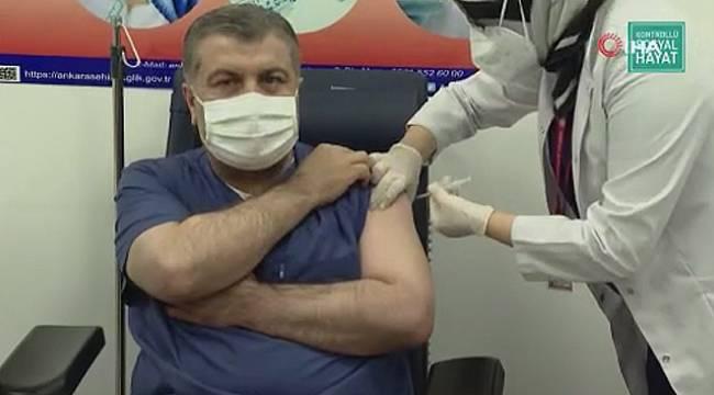 Bakan Koca, İlk aşıyı yaptırdı
