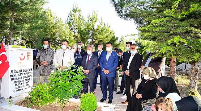 Başkan Gürkan, bayramın ilk gününde şehitliği ziyaret etti