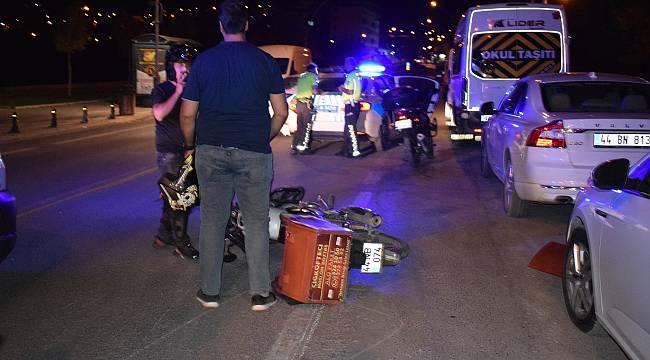 Otomobilin açılan kapısına çarpan motokurye yaralandı